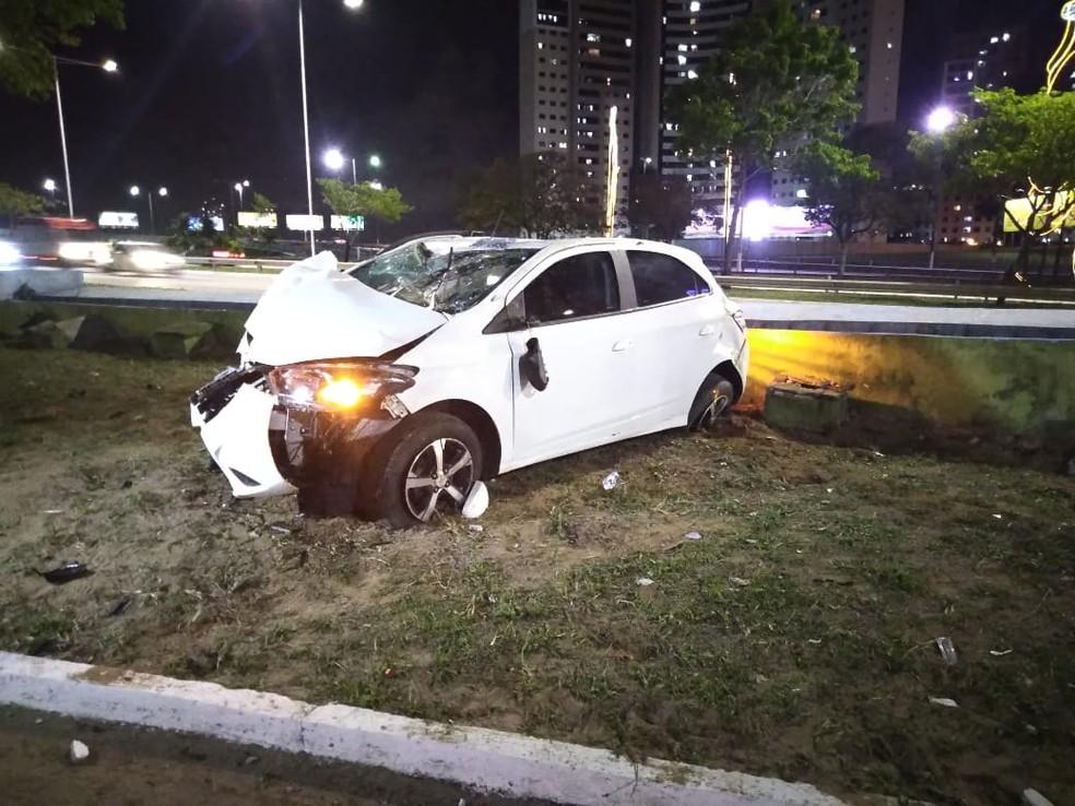 Motorista perde controle do carro e derruba poste na marginal da BR-101, em Natal — Foto: Julianne Barreto/Inter TV Cabugi