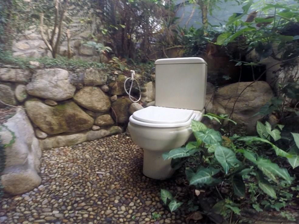 Cômodo tem um pequeno banheiro com saída secreta para uma espécie de sótão do lado de fora da casa e que leva à mata. (Foto: Carlos Santos/ G1)