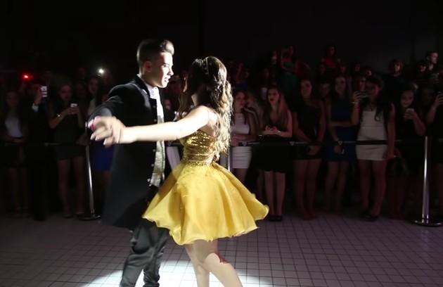 Para dançar com o namorado, a youtuber usou um terceiro vestido, mais curto (Foto: Reprodução / YouTube)