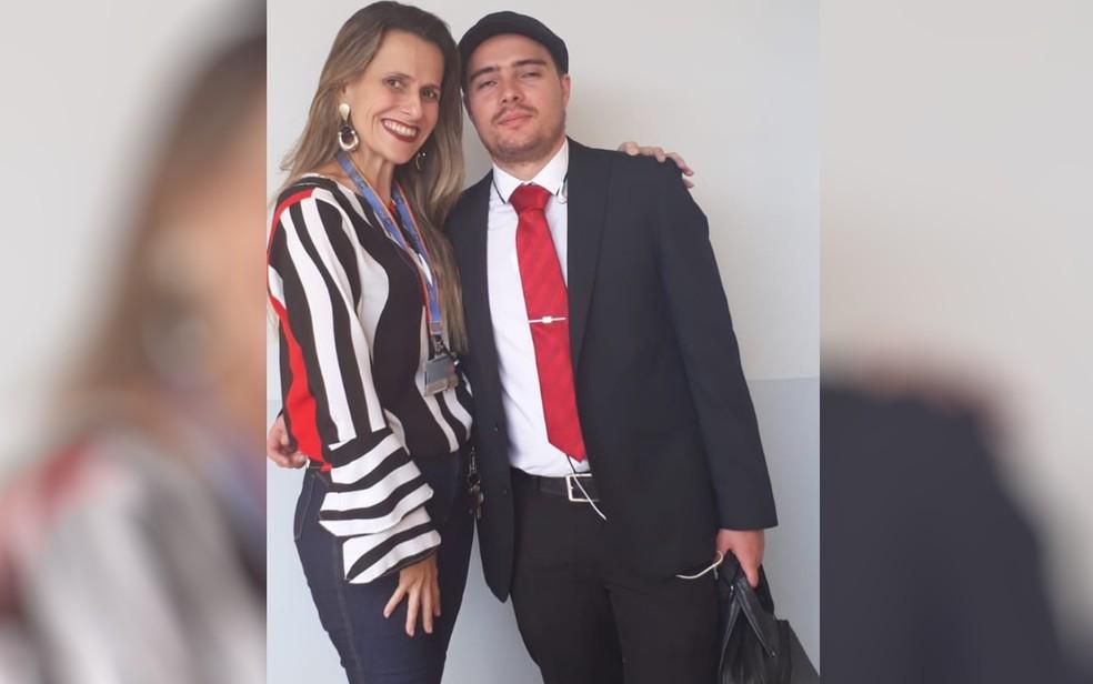 Angelita e o marido João Cláudio, que se forma em direito, em Goiânia, Goiás — Foto: Reprodução/Arquivo pessoal