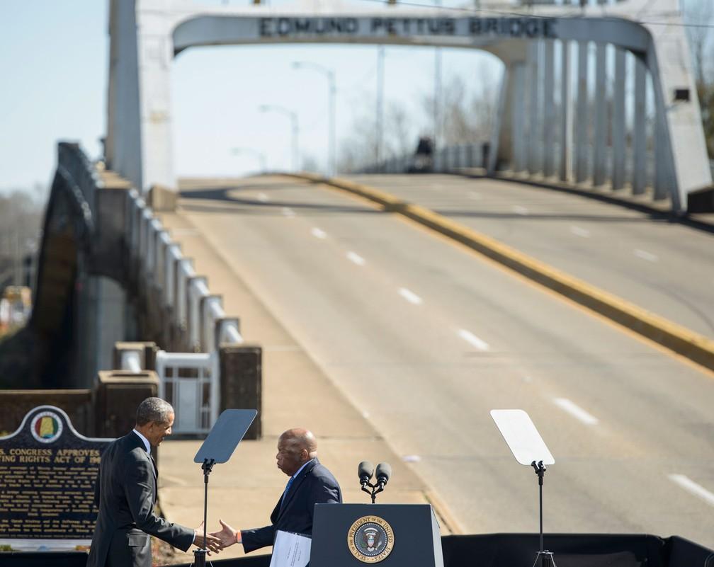 Foto de 7 de março de 2015 mostra o então presidente dos EUA, Barack Obama, cumprimentando John Lewis na ponte Edmund Pettus em Selma, Alabama — Foto: Brendan Smialowski / AFP