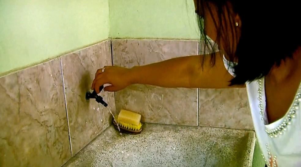 SAAE multa moradores que desperdiçam água em Passos (Foto: Reprodução EPTV)