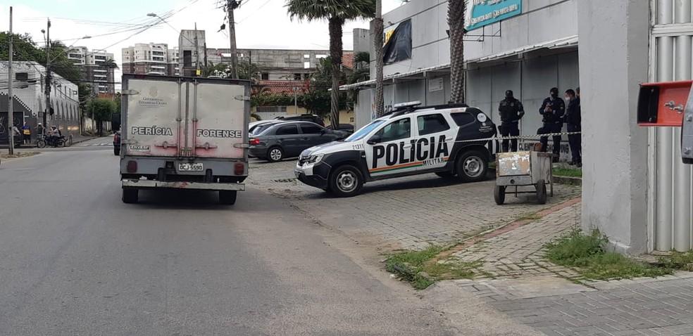 Carinho de reciclagem com o corpo foi abandonado em cima de uma calçada no Bairro Maraponga, em Fortaleza. — Foto: Leábem Monteiro/ SVM