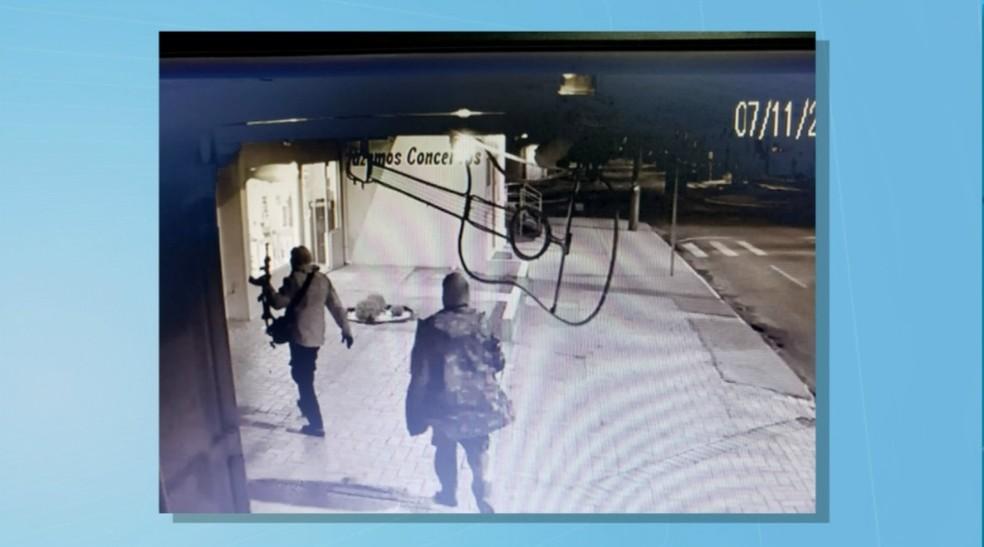 Segundo a Polícia Militar, as duas agências bancárias de Chapadão do Sul foram atingidas por explosões simultaneamente — Foto: Reprodução/TV Morena