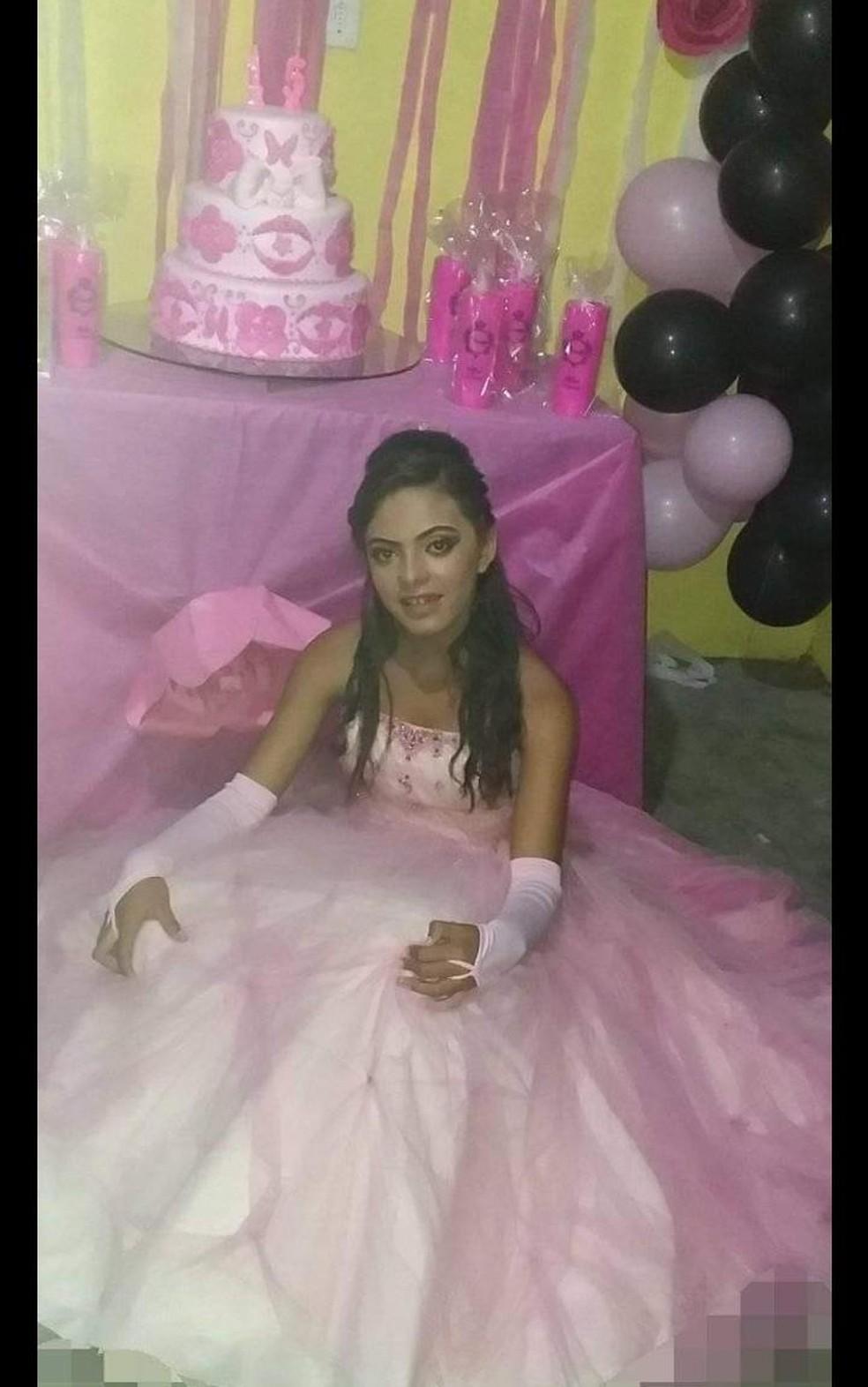 Adolescente Sandra Silva, moradora de Viçosa, em Alagoas, que está desaparecida, teve festa de 15 anos há dois meses — Foto: Arquivo Pessoal