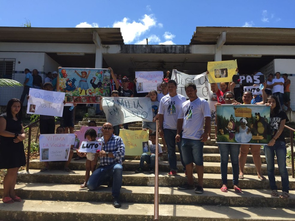 Familiares e amigos exibem cartazes pedindo paz e justiça (Foto: Mônica Silveira/TV Globo)