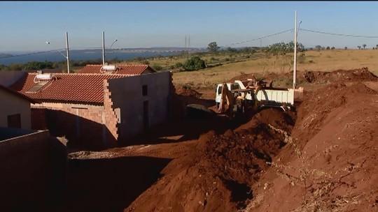 Muro de conjunto habitacional em Cachoeira Dourada gera problemas para moradores