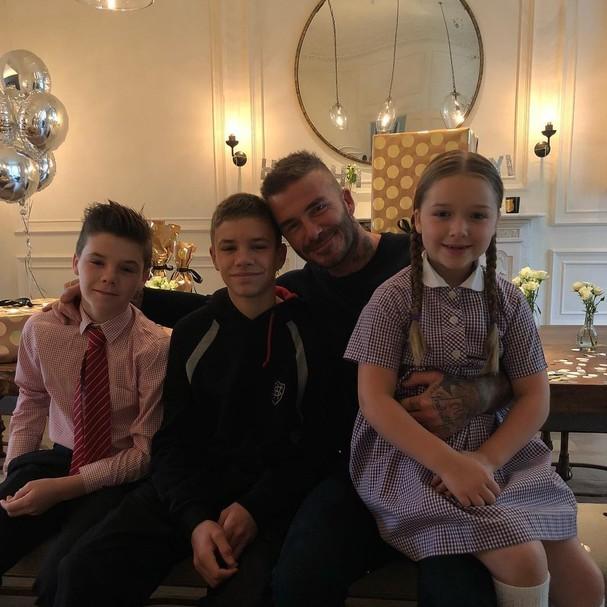 David Beckham e os filhos Cruz, Romeo e Harper antes da surpresa de Brooklyn, o mais velho (Foto: Reprodução Instagram)