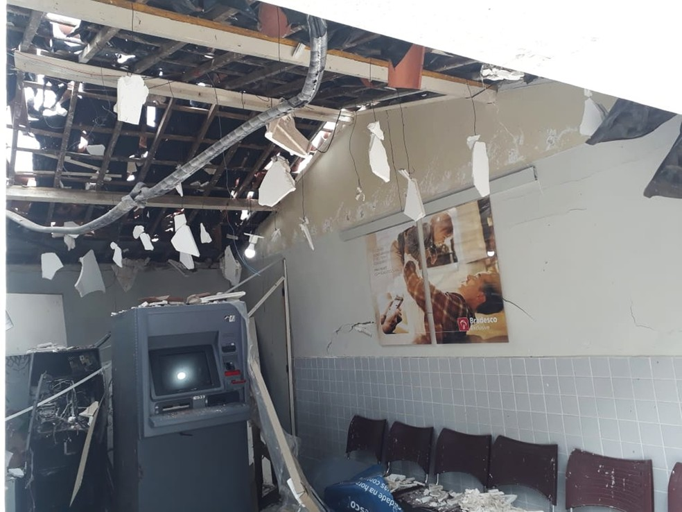 Cobertura de gesso, no teto da agência, foi abaixo com a explosão  — Foto: Marksuel Figueredo/Inter TV Cabugi