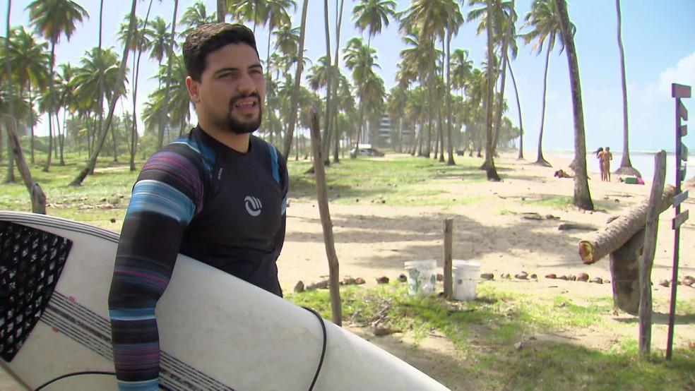Gabriel Gonçalves surfa pelo menos três vezes por semana — Foto: Reprodução/TV Globo