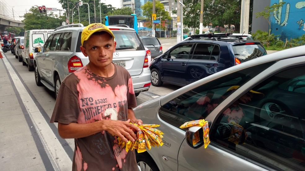 O vendedor ambulante Josinaldo Nunes Cardoso diz que sente uma melhora da economia, mas ainda não conseguiu emprego com carteira assinada (Foto: Karina Trevizan/G1)