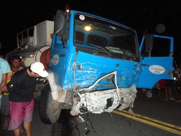 """Porta de carro de passeio ficou """"colada"""" em frente de caminhão após colisão (Foto: Edvaldo Alves/ Liberdadenews.br)"""