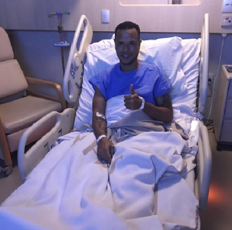 Luis Fabiano após a operação (Foto: Reprodução / Instagram)