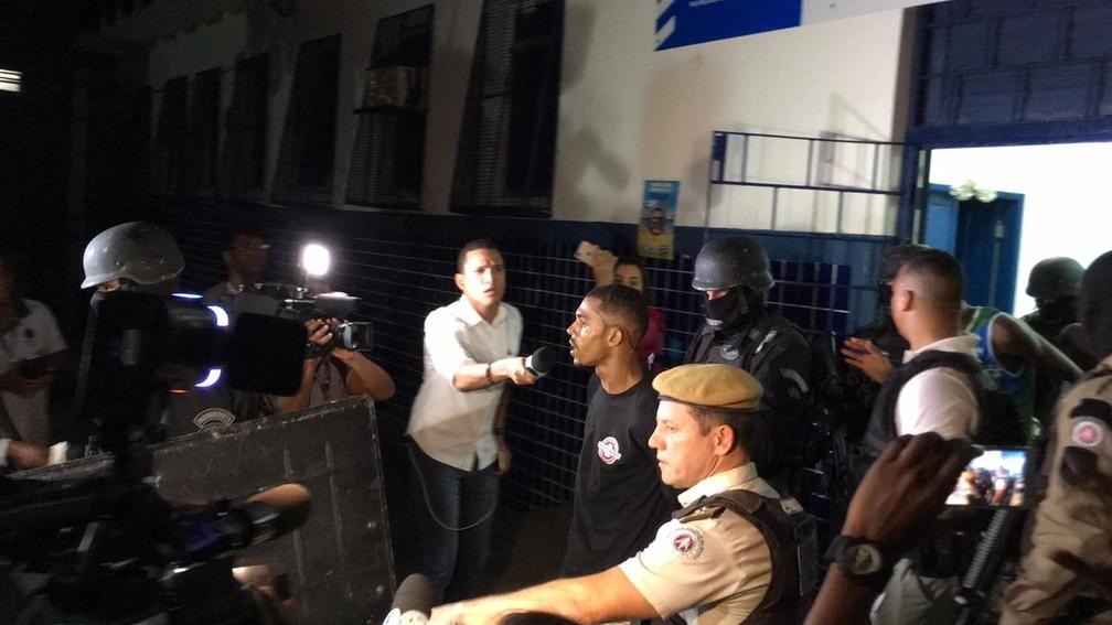 Homens invadiram posto de saúde após troca de tiros com PM na Santa Cruz, em Salvador — Foto: Alan Oliveira/ G1