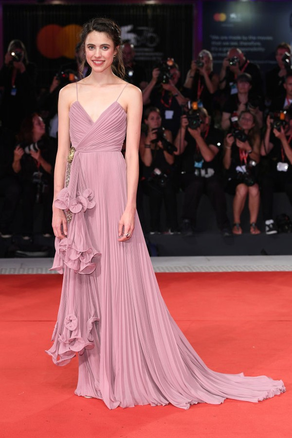 "VENICE, ITALY - AUGUST 30: Margaret Qualley walks the red carpet ahead of the ""Seberg"" screening during the 76th Venice Film Festival at Sala Grande on August 30, 2019 in Venice, Italy. (Photo by Daniele Venturelli/WireImage) (Foto: WireImage)"