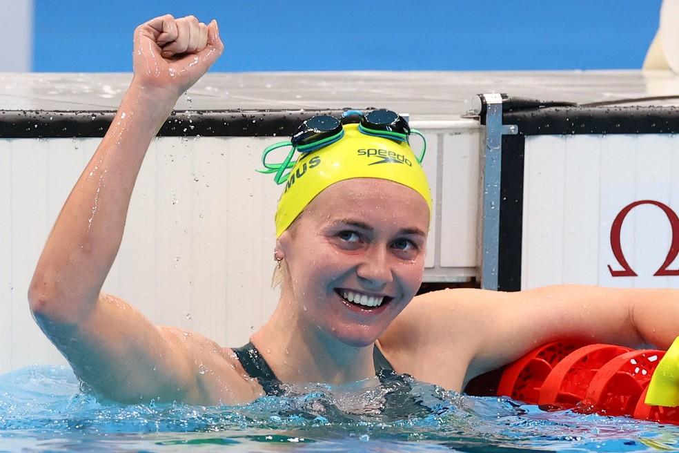 Ariarne Titmus comemora vitória sobre Katie Ledecky — Foto: REUTERS