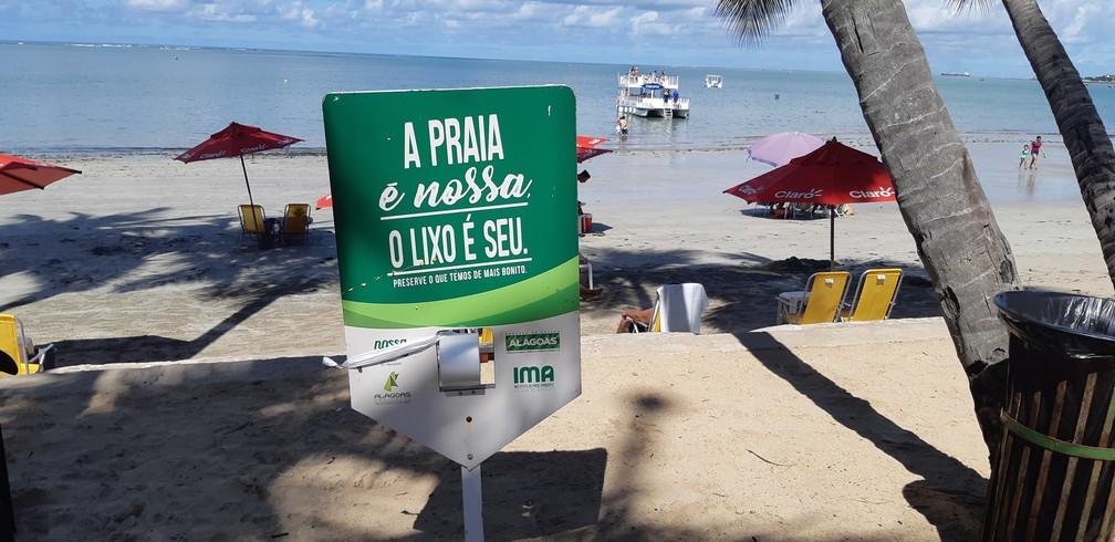 Projeto Nossa Praia em praias de Maceió sensibiliza banhistas na conscientização sobre o lixo gerado e descartado nas praias — Foto: Bárbara Muniz Vieira/G1