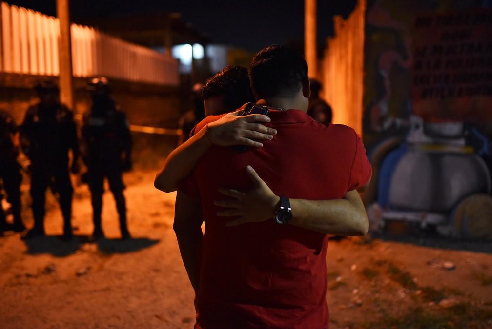 Pessoas sem abraçam perto do local da chacina no México — Foto: Angel Hernandez/Reuters
