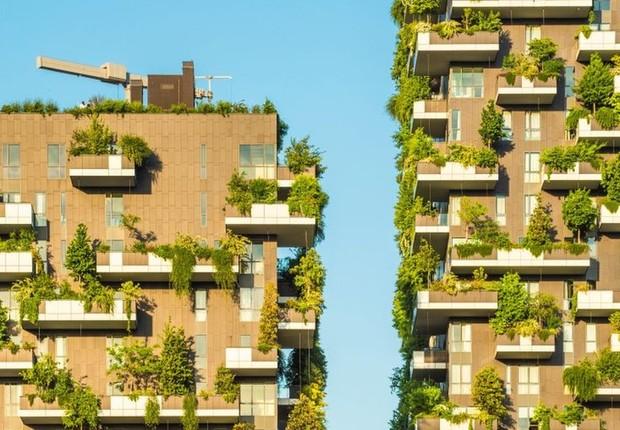 O Bosco Verticale é um modelo de edifício residencial sustentável em Milão, na Itália (Foto: Getty Images via BBC)