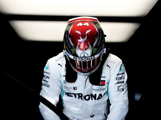 O brasileiro Raí Caldato conta a curiosa história de como se tornou o designer oficial do capacete de Lewis Hamilton na F1 e detalha como é feito o processo de escolha do modelo final (Foto: Getty Images)