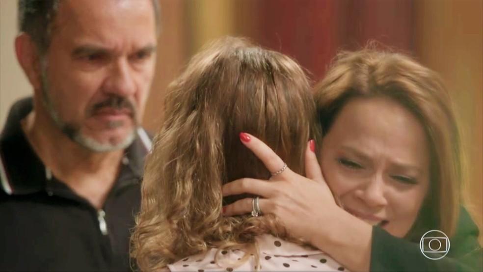 Lili (Vivianne Pasmanter) fica em saia justa quando a filha pergunta do noivo — Foto: TV Globo