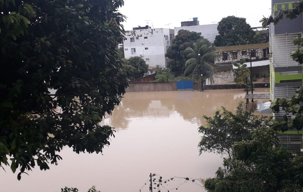 Rua Professor Marli Figueiredo, em local próximo ao Canal do Fragoso, ficou alagada na quarta-feira (24) — Foto: Luna Markman/TV Globo
