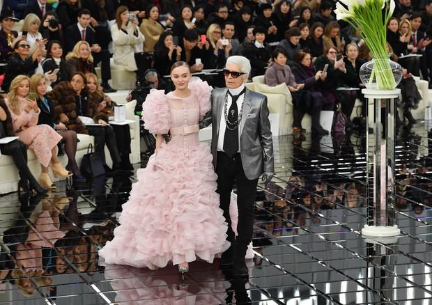 Lily-Rose Depp e Karl Lagerfeld no desfile de alta-costura de verão 2018 da Chanel (Foto: Getty Images)