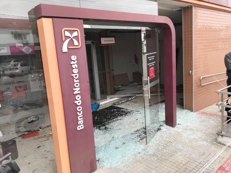 Vidraças foram estilhaçadas pela força da explosão; foi o segundo ataque este ano contra a agência (Foto: Kleber Teixeira/Inter TV Cabugi)