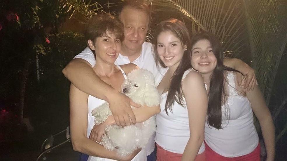 Jornalista Deva Pascovicci com esposa e filhas  (Foto: Arquivo Pessoal/Carolina Paschoalon)