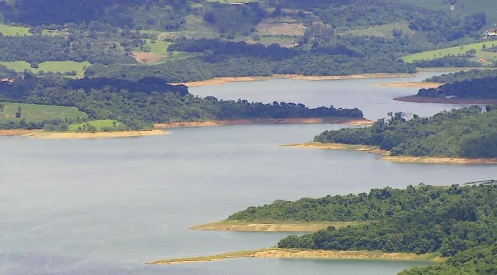 Aumento de nível da água em represa de Caconde, SP, atrai turistas — Foto: Reprodução/EPTV