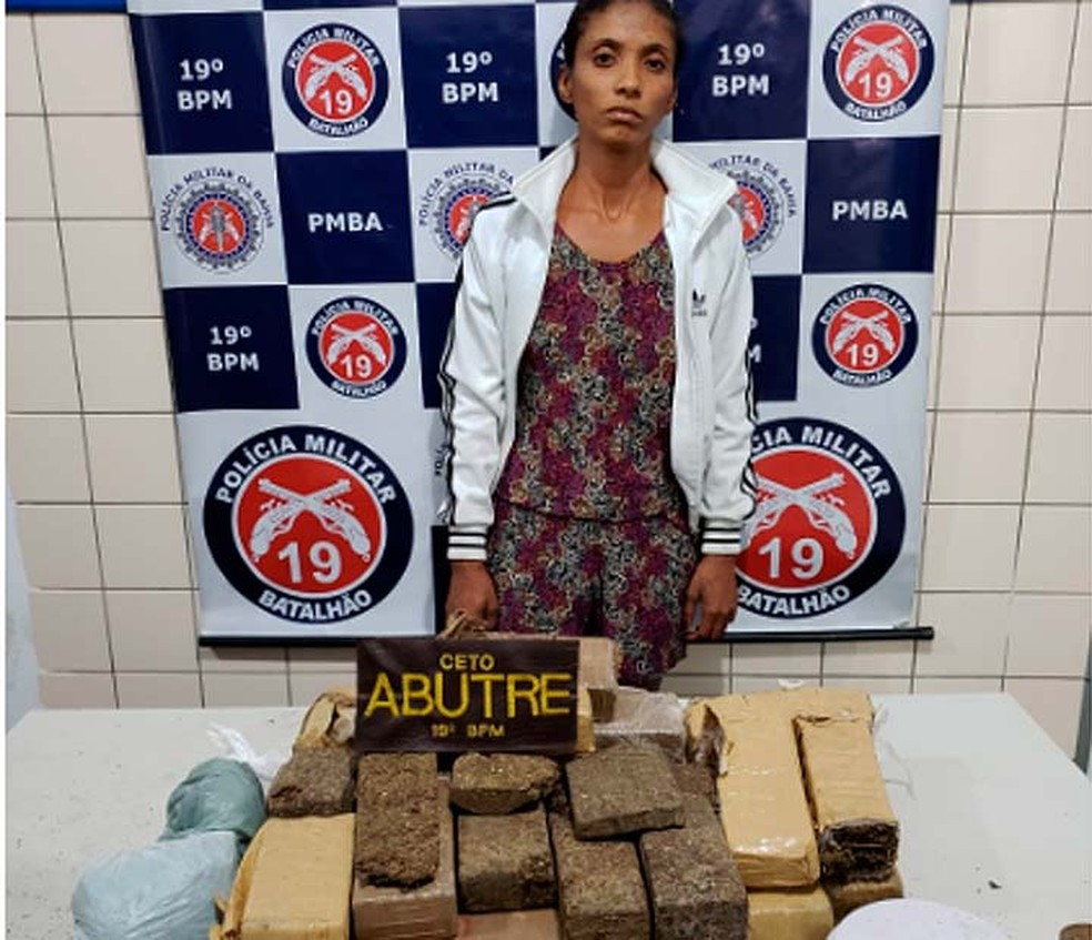Mulher foi presa após ser flagrada enterrando 14kg de maconha em terreno baldio no sudoeste da Bahia (Foto: Divulgação/SSP-BA)