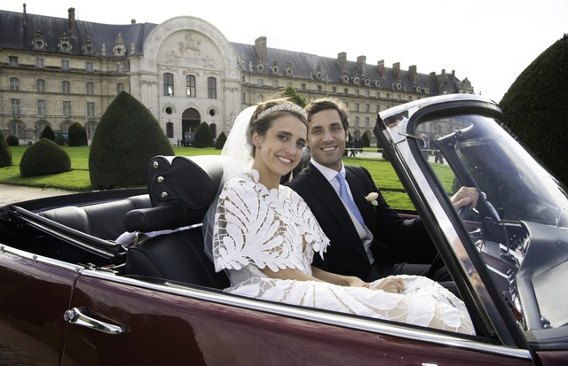 PARIS, FRANCE - OCTOBER 19: Prince Jean-Christophe Napoleon and his wife Olympia Von Arco-Zinneberg pose in a car at the end of their wedding at Les Invalides on October 19, 2019 in Paris, France. (Photo by Luc Castel/Getty Images) (Foto: Getty Images)