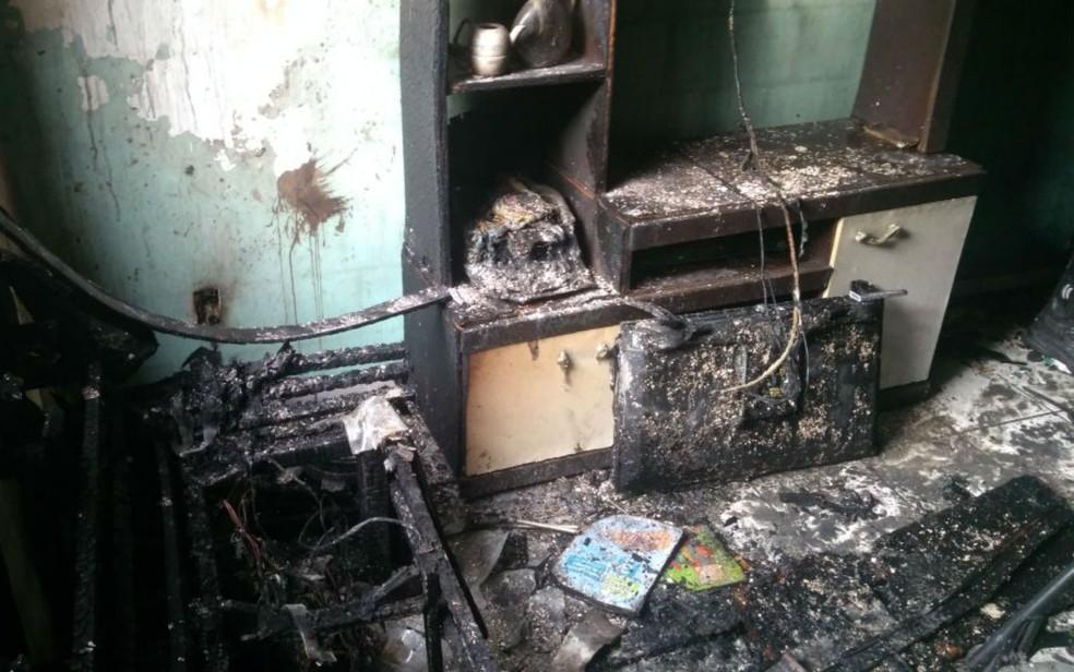 Móveis e objetos da casa foram destruídos (Foto: Corpo de Bombeiros)