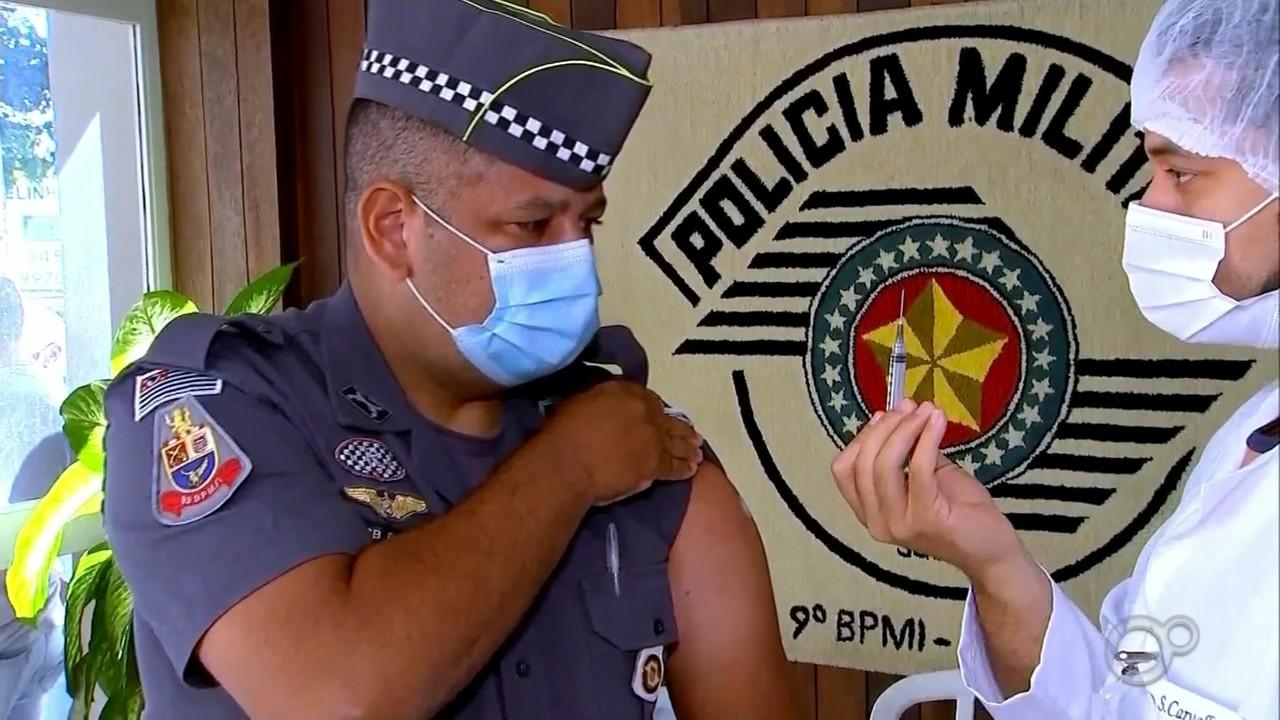 Cidades do centro-oeste paulista vacinam os profissionais de segurança contra a Covid