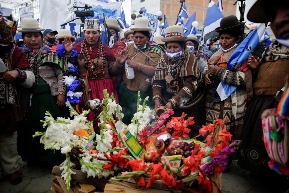 Apoiadores do MAS, partido de Evo Morales, em evento de campanha na cidade de El Alto, em 14 de outubro de 2020 — Foto: David Mercado/Reuters