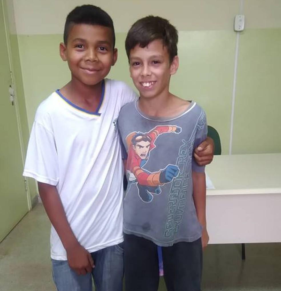 Iago (esquerda) e Matheus tiraram foto depois de conversar com a diretora para irem juntos na excursão — Foto: Arquivo Pessoal