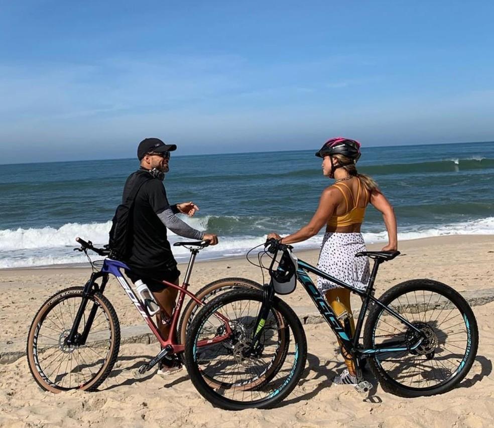 Diego e a esposa Bruna na praia, neste sábado — Foto: Reprodução