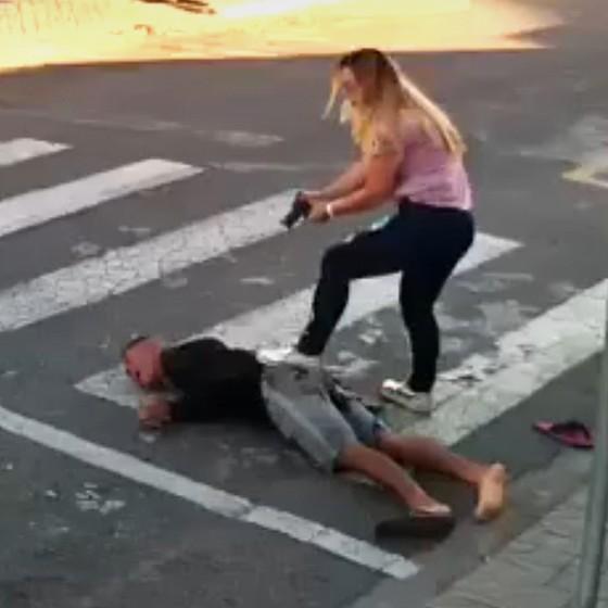 A policial imobiliza o bandido após alvejá-lo. Em cinco segundos, ela decidiu o que fazer e acertou três tiros (Foto: Reprodução)