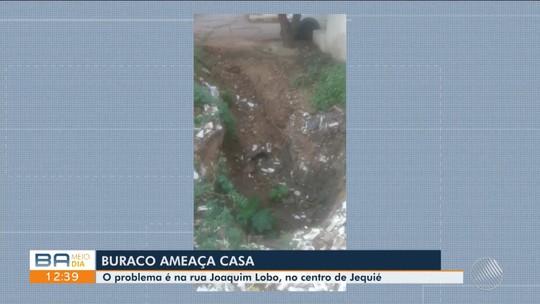Buraco ameaça casa no centro de Jequié, na região sudoeste