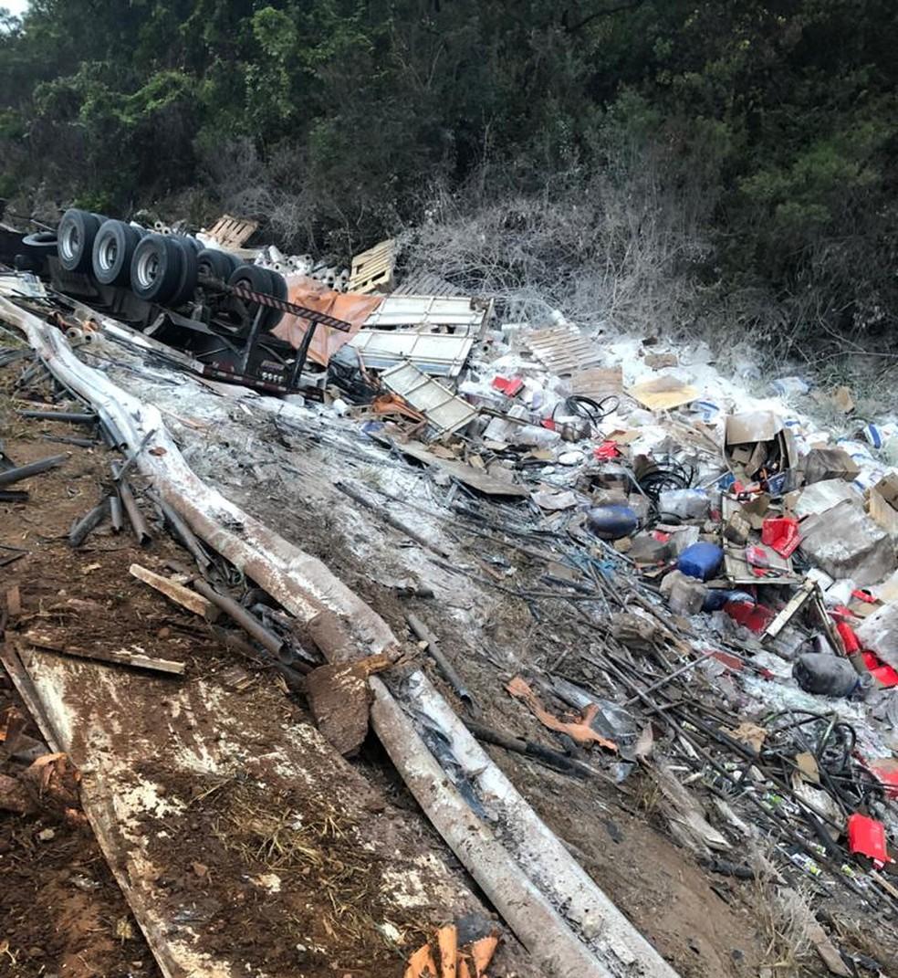Carga ficou espalhada fora da pista — Foto: Polícia Rodoviária Federal/ Divulgação