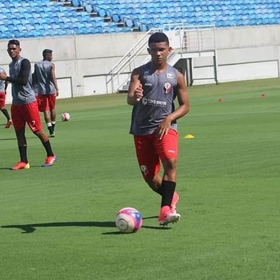 Tallisom Cauã é ligado ao Santa Cruz de Natal e treina com profissionais para manter a forma — Foto: Diego Simonetti/Santa Cruz