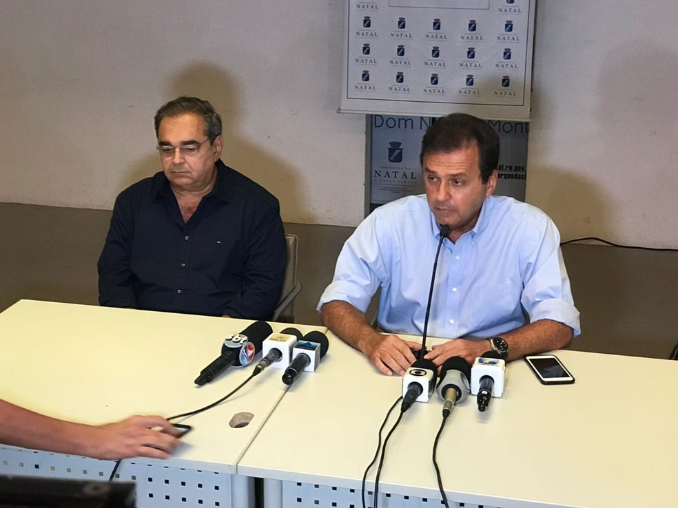 Prefeito de Natal Carlos Eduardo Alves (à esquerda) e o vice, Álvaro Dias, durante coletiva de imprensa para anunciar renúncia ao carg (Foto: Kléber Teixeira/Inter TV Cabugi)