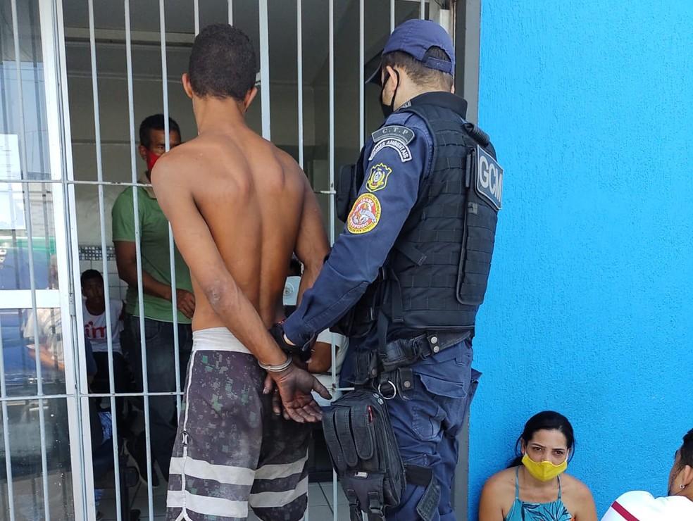 Homem foi preso em flagrante por dano ao patrimônio em Olinda— Foto: Secretaria de Segurança Urbana/Divulgação