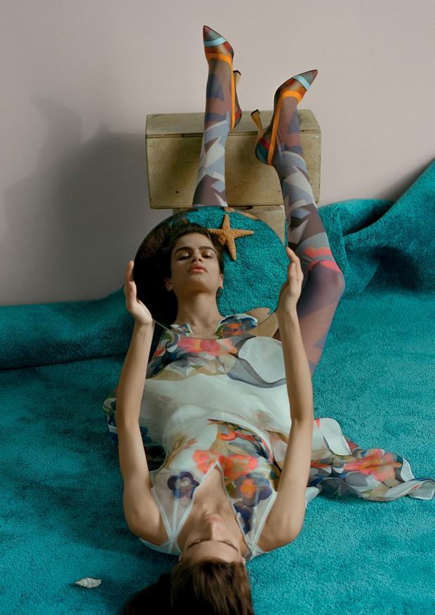 Vestido, meias e escarpins, tudo Fendi (Foto: Zee Nunes)