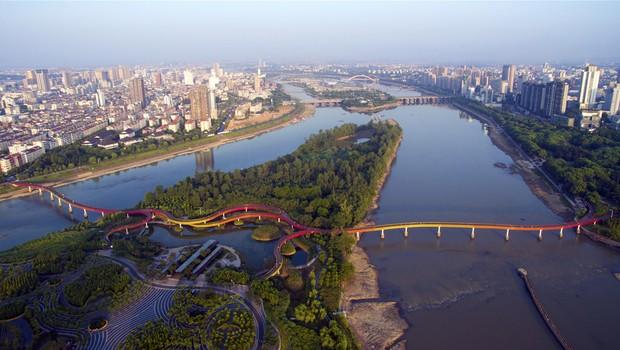 Em épocas mais secas, a área de contenção vira um parque na cidade de Jinhua, na China. (Foto: Divulgação)