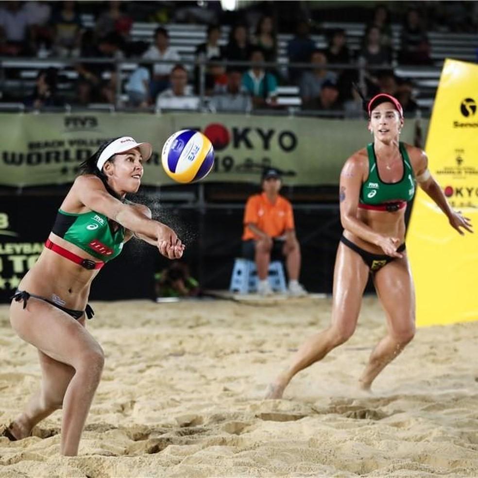 Duda e Ágatha em ação pela etapa — Foto: Divulgação/FIVB