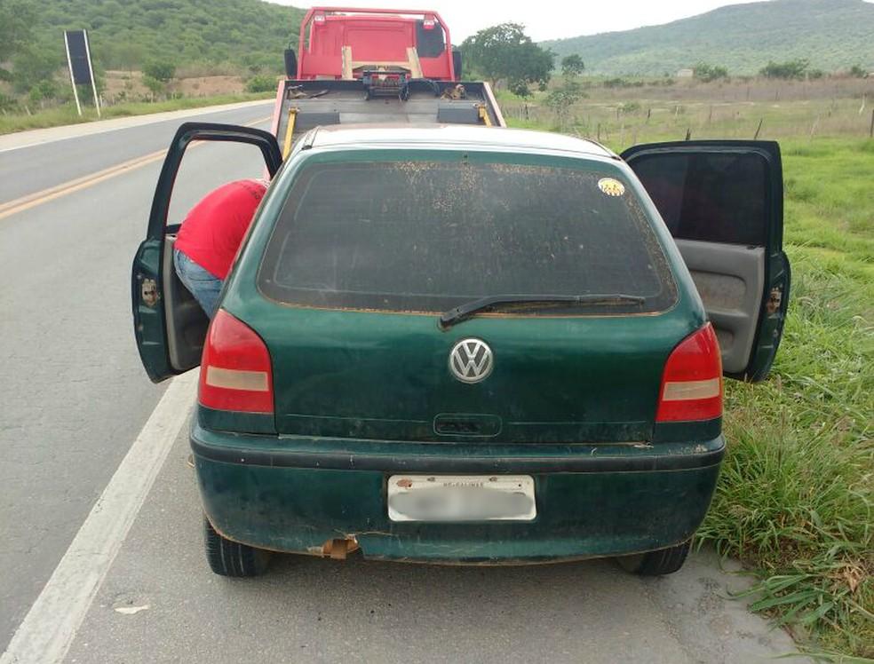 Carro possui características de veículo usado em roubos na BR-251 (Foto: Polícia Militar/Divulgação)