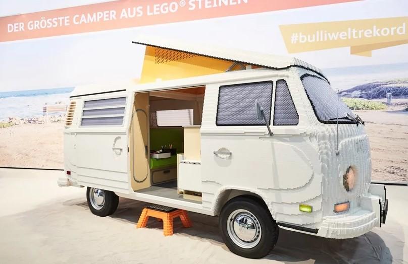 Kombi em tamanho real feita de LEGO usa 400 mil peças (Foto: Divulgação/Volkswagen)