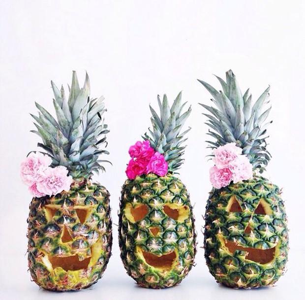 Flores no abacaxi trazem um clima divertido para a festa de halloween (Foto: Pinterest/Reprodução)