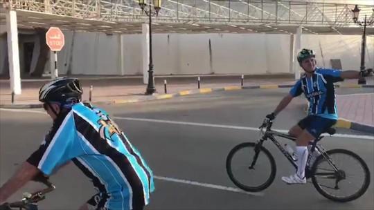 Gremistas unem paixões e viajam de bicicleta pelos Emirados para ver o Grêmio